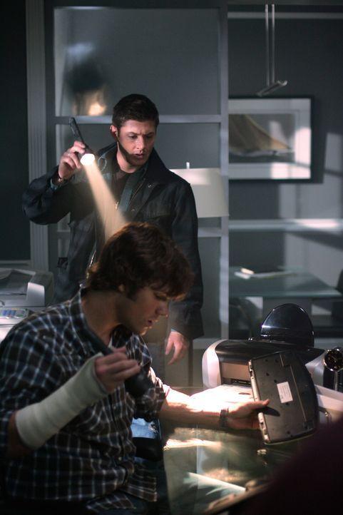 Sam (Jared Padalecki, vorne) und Dean (Jensen Ackles, hinten) müssen sich beeilen, wenn sie den nächsten Mord verhindern wollen ... - Bildquelle: Warner Bros. Television