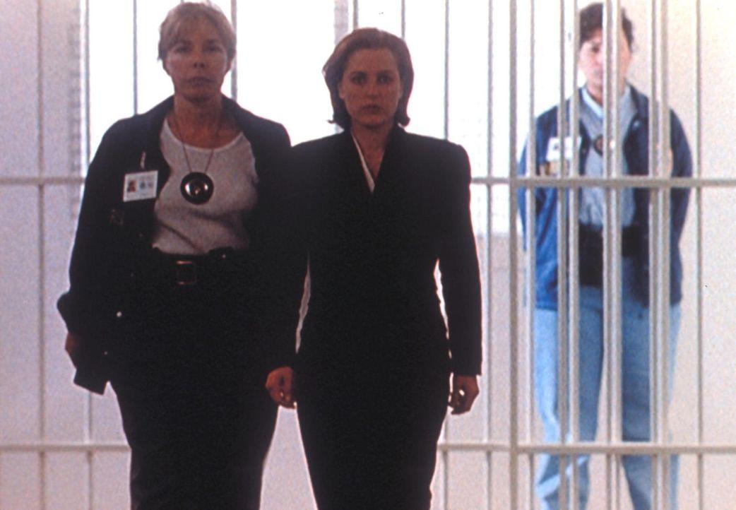 Dana Scully (Gillian Anderson, M.) wird in Beugehaft genommen, da sie vor dem Senatsausschuss die Aussage verweigert. - Bildquelle: TM +   Twentieth Century Fox Film Corporation. All Rights Reserved.