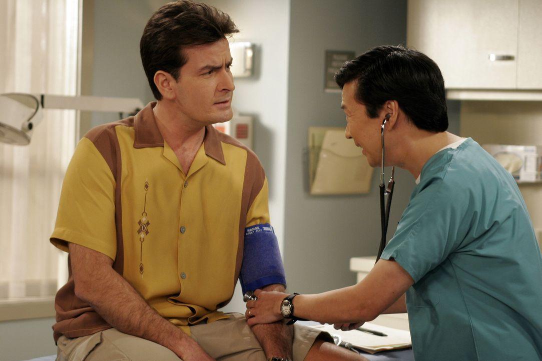 Bevor ein Arzt zu Charlie (Charlie Sheen, l.) kommt, werden ein paar Routineuntersuchungen von einem Pfleger (Ken Jeong, r.) durchgeführt ... - Bildquelle: Warner Brothers Entertainment Inc.