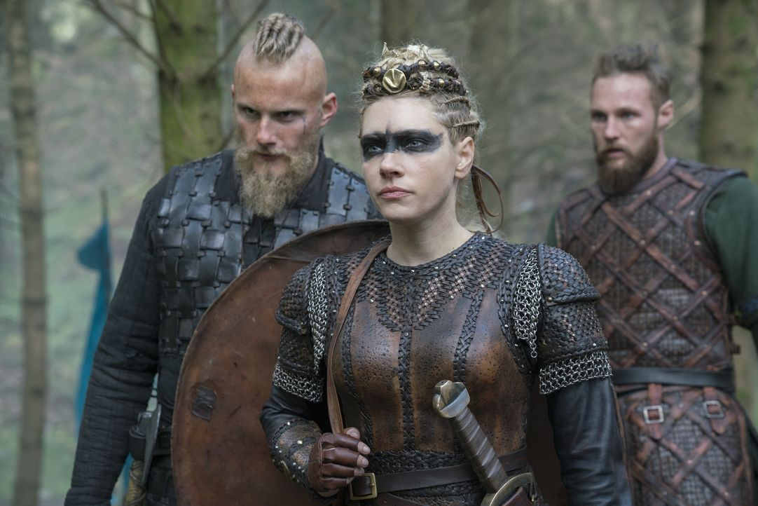 Auf Björn (Alexander Ludwig, l.), Lagertha (Katheryn Winnick, M.) und Übbe (Jordan Patrick Smith, r.) wartet eine erbitterte Schlacht, die eigentlic... - Bildquelle: 2017 TM PRODUCTIONS LIMITED / T5 VIKINGS III PRODUCTIONS INC. ALL RIGHTS RESERVED.