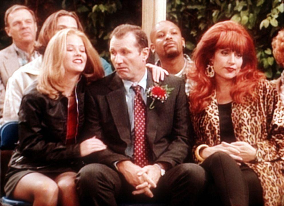 Al Bundy (Ed O'Neill, M.) nimmt beleidigt mit Peggy (Katey Sagal, r.) und Kelly (Christina Applegate, l.) an der Einweihungsfeier der neuen Anzeigen... - Bildquelle: Sony Pictures Television International. All Rights Reserved.