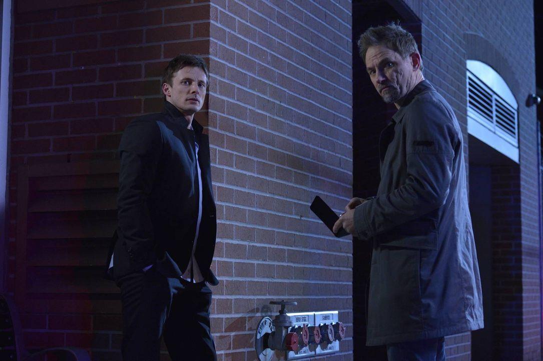 Nachdem ein weiterer Mensch in Damiens (Bradley James, l.) Umfeld gestorben ist, werden Detective James Shay (David Meunier, r.) und die Polizei auf... - Bildquelle: Ben Mark Holzberg 2016 A&E Television Network, LLC. All rights reserved.