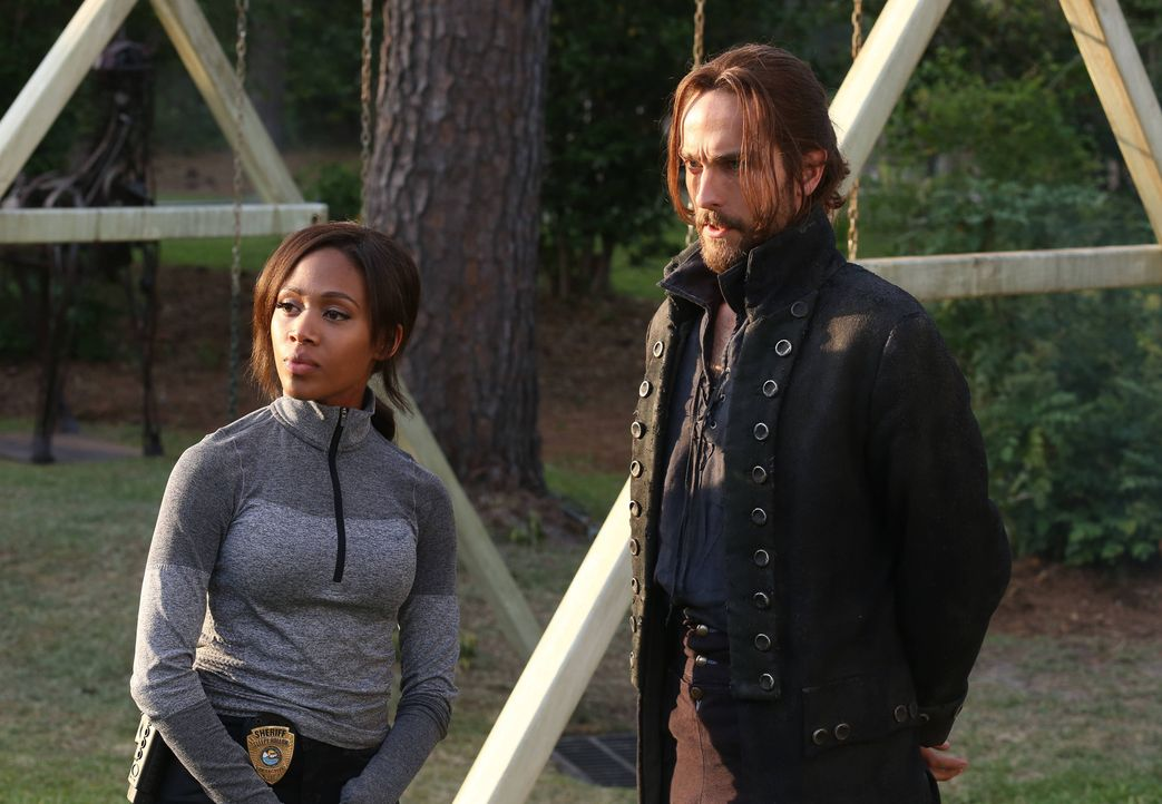 Können Ichabod (Tom Mison, r.) und Abbie (Nicole Beharie, l.) die kleine Sara retten oder laufen sie geradewegs in die Falle des Rattenfängers? - Bildquelle: 2014 Fox and its related entities. All rights reserved.