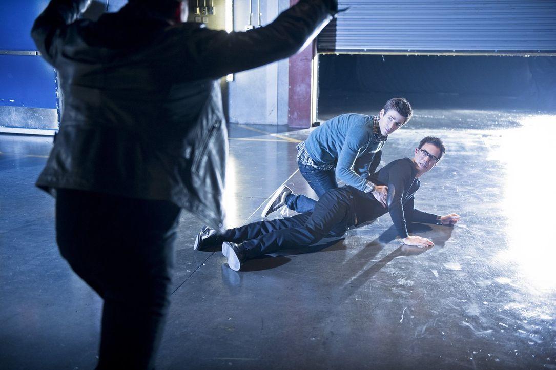 Wird es Barry (Grant Gustin, M.) gelingen, sich und Wells (Tom Cavanagh, r.) vor Farooq alias Blackout (Michael Reventar, l.) zu retten? - Bildquelle: Warner Brothers.