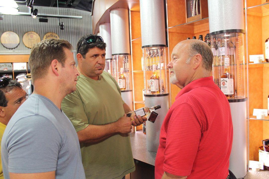 Tony Siragusa (M.) und Jason Cameron (l.) wollen Fred Noe (r.) helfen, seine derzeitige Wohnsituation seinen Anforderungen anzupassen ... - Bildquelle: 2013, DIY Network/Scripps Networks, LLC.  All rights Reserved.