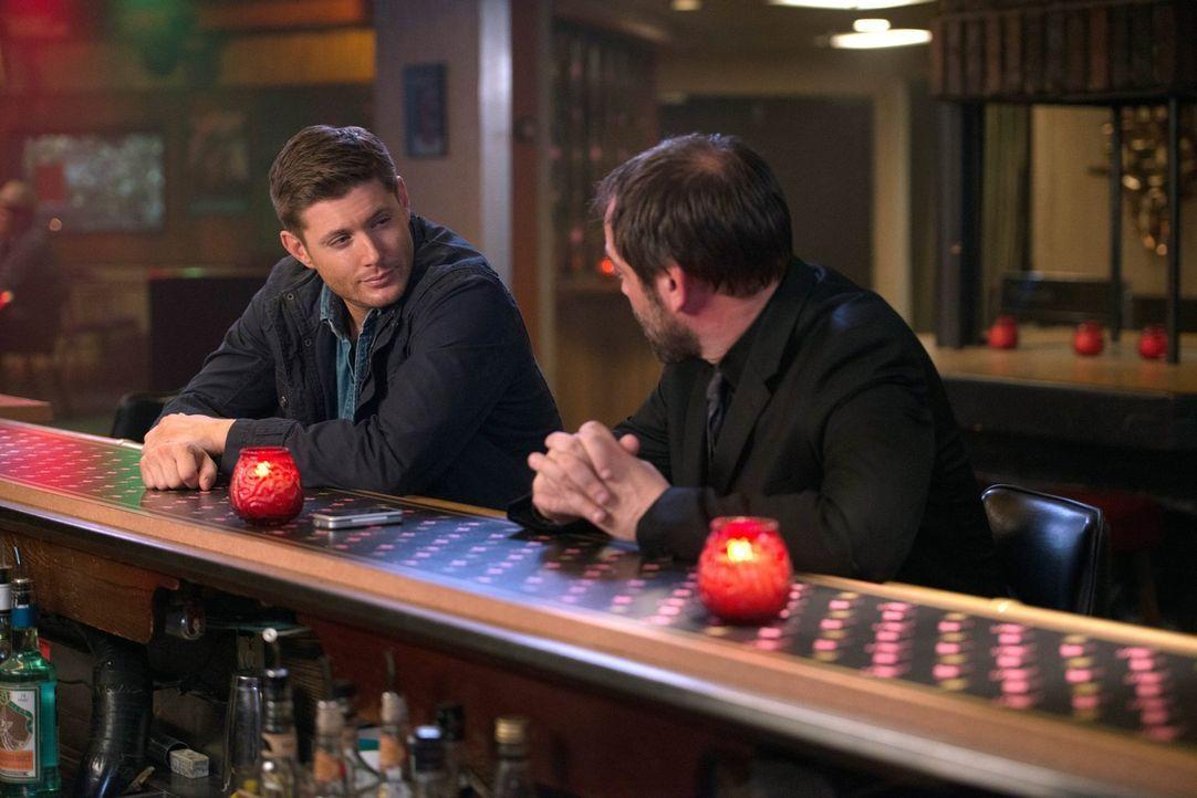 Während Crowley (Mark Sheppard, r.) versucht, Dean (Jensen Ackles, l.)  klarzumachen, dass er seinem Verlangen zu Töten dringend nachgehen sollte, h... - Bildquelle: 2016 Warner Brothers