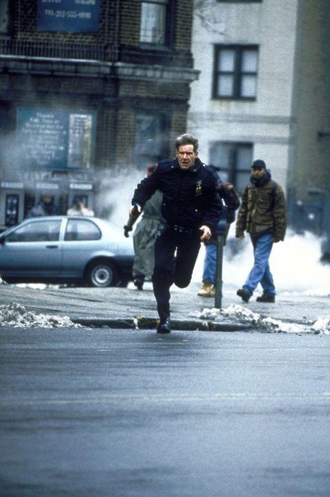 Als Francis Toms (Harrison Ford) Familie in Gefahr bringt, muss der friedliebende Familienvater zur Waffe greifen ... - Bildquelle: Columbia TriStar