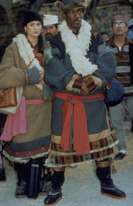 Sozialarbeiter Chandler (Eddie Murphy, r.) lässt sich von der schönen Tibetanerin Kee (Charlotte Lewis, l.) zu einer kniffligen Aufgabe überreden ..... - Bildquelle: Paramount Pictures