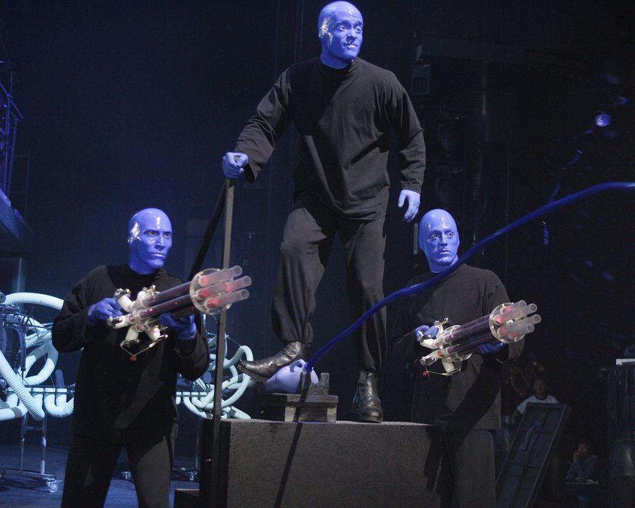 Die Blue Man Group ist überrascht, als plötzlich J.D. bei ihnen auf der Bühne steht ... - Bildquelle: Touchstone Television