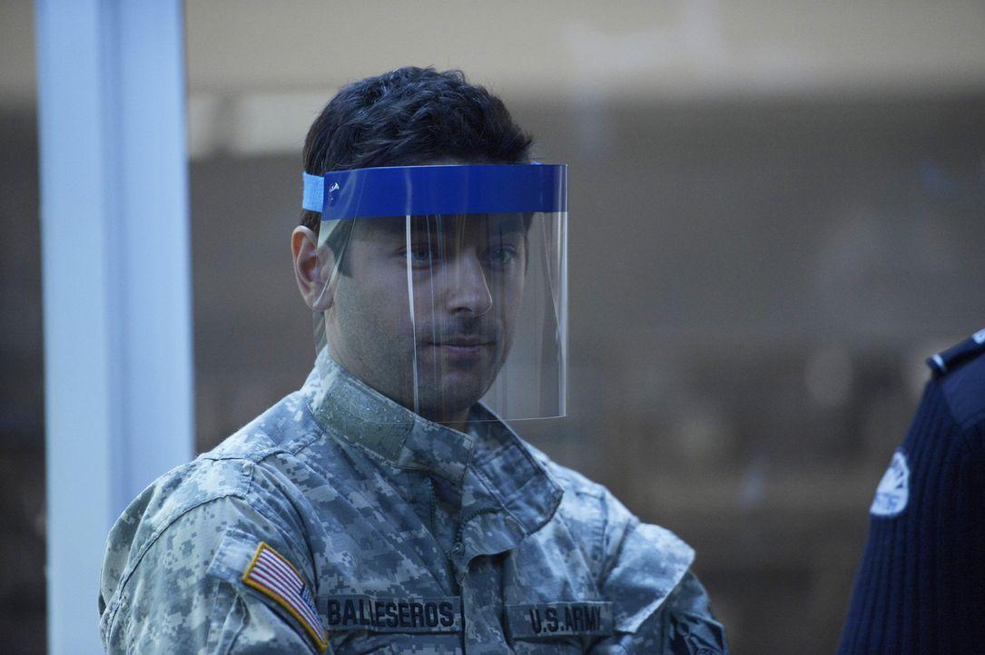 Major Sergio Balleseros (Mark Ghanimé) versucht, seine geheimen Aufträge zu erfüllen und schreckt dabei vor nichts zurück ... - Bildquelle: 2014 Sony Pictures Television Inc. All Rights Reserved.
