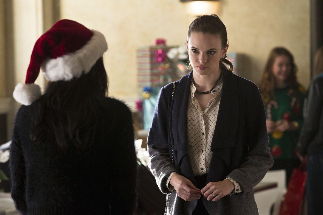 Weihnachten steht vor der Tür und Caitlin (Danielle Panabaker) trifft auf ihren totgeglaubten Verlobten Ronnie, dabei muss sie sich jedoch eingesteh... - Bildquelle: Warner Brothers.