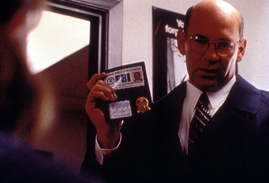 Skinner (Mitch Pileggi) recherchiert im Todesfall einer jungen Frau, die anscheinend durch unzählige Bienenstiche ums Leben kam. - Bildquelle: TM +   2000 Twentieth Century Fox Film Corporation. All Rights Reserved.