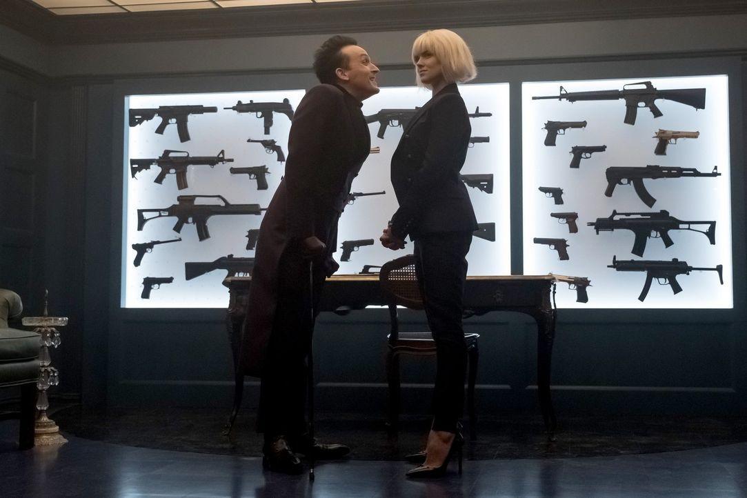 Barbara (Erin Richards, r.) taucht wieder in Gotham auf und möchte sich Pinguins (Robin Lord Taylor, l.) Kriminalität-Lizenzpläne zu Nutzen machen .... - Bildquelle: 2017 Warner Bros.