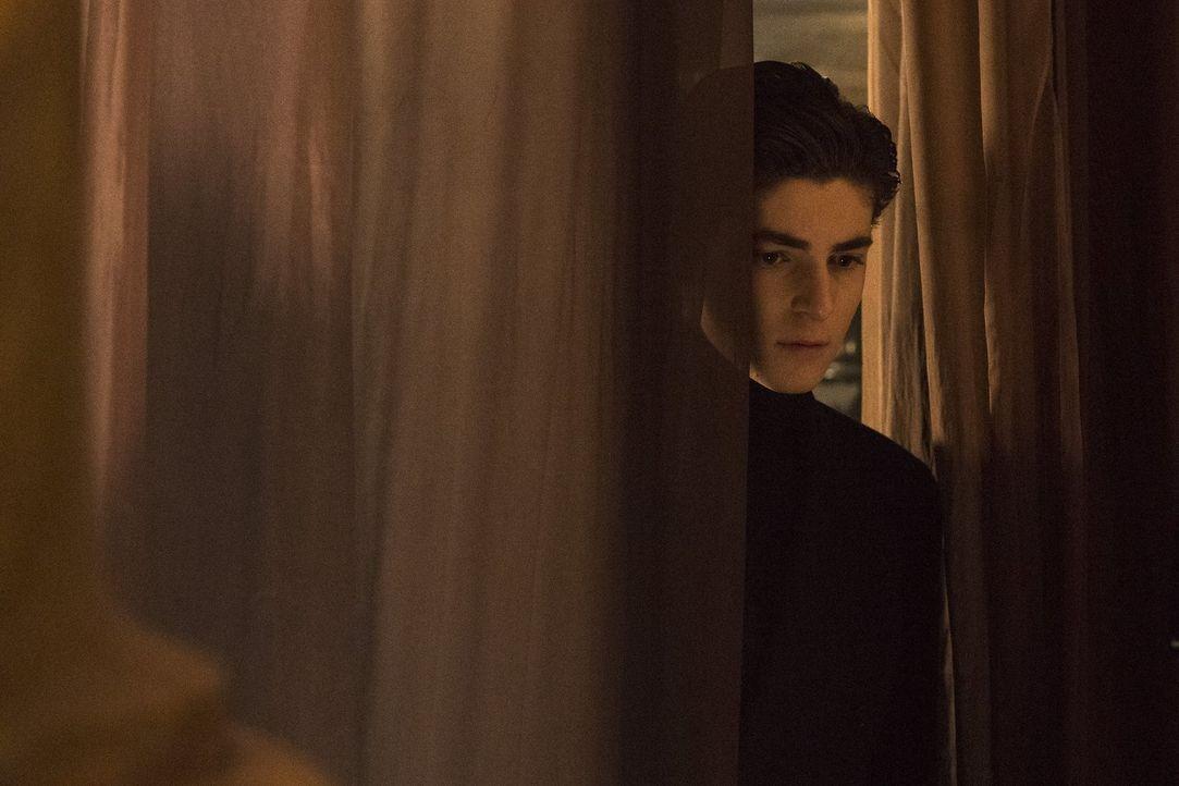 Bruce (David Mazouz) macht einen Schritt auf seinen alten Butler zu. Unterdessen versucht Selina, die Dinge mit Ivy allein zu regeln ... - Bildquelle: 2017 Warner Bros.