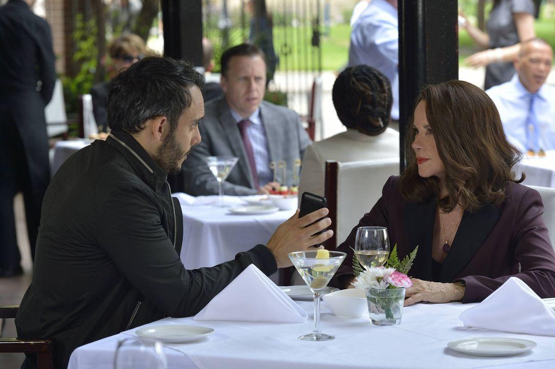 Amani (Omid Abtahi, l.) führt Damien zu einem Mann, der eine wichtige Information hat und hilft seinem Freund schließlich Ann Rutledge (Barbara Hers... - Bildquelle: Ben Mark Holzberg 2016 A&E Television Network, LLC. All rights reserved.