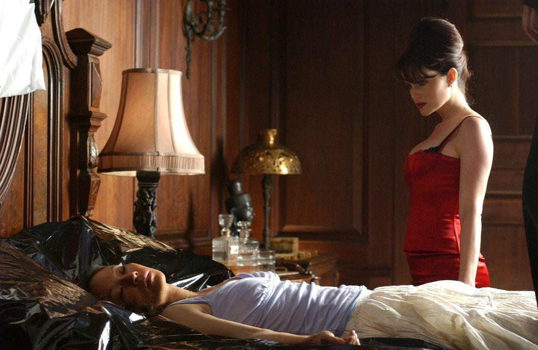 Zunächst ist Eve (Carla Gugino, r.) fest davon überzeugt, dass Reporterin Sadie Blake (Lucy Liu, l.) ziemlich harmlos ist und schon bald das zeitlic...