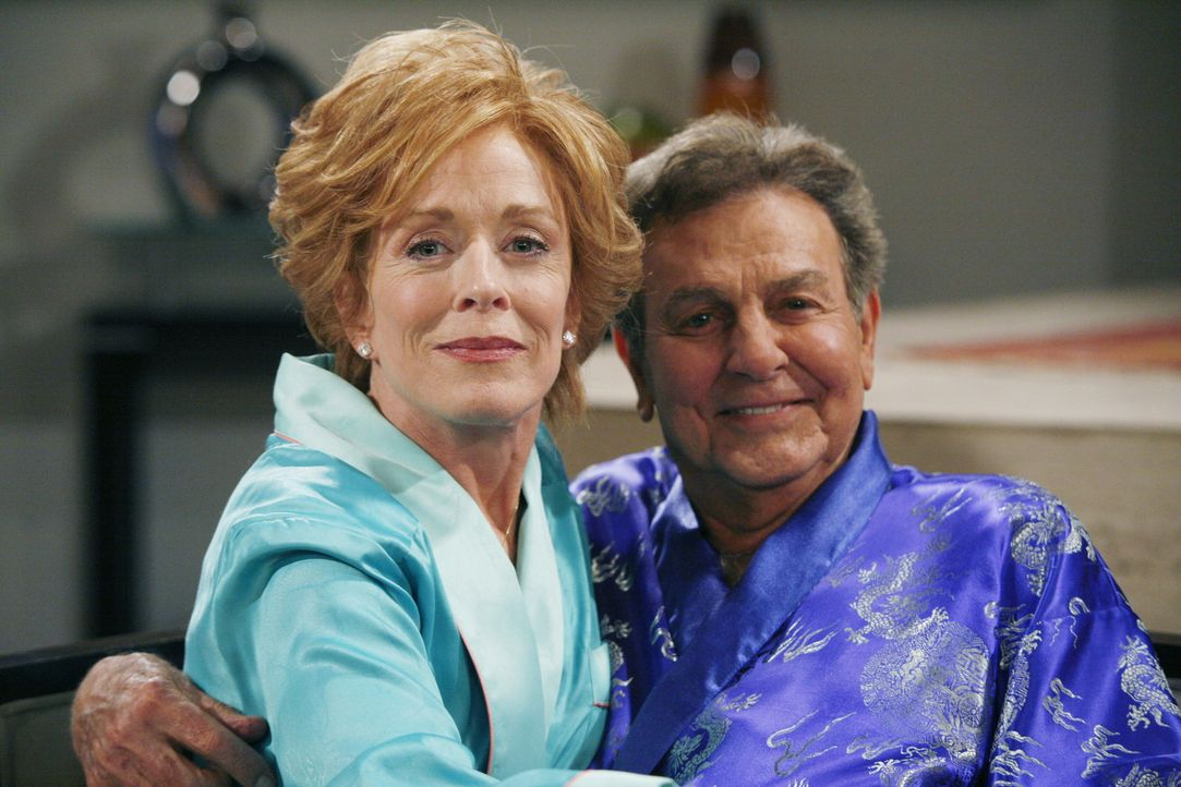 Evelyn (Holland Taylor, l.) hat wieder einmal einen neuen Freund - Teddy (Robert Wagner, r.). Alan und Charlie stehen dem Neuen ihrer Mutter zunächs... - Bildquelle: Warner Brothers Entertainment Inc.