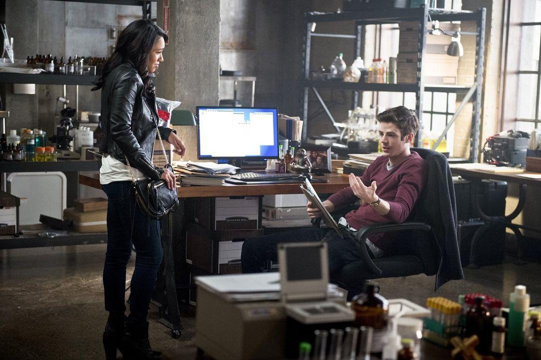 Während sich Iris (Candice Patton, l.) von ihrer Mutter verabschieden muss, muss Barry (Grant Gustin, r.) eine Wahl treffen, die über Leben und Tod... - Bildquelle: 2015 Warner Brothers.