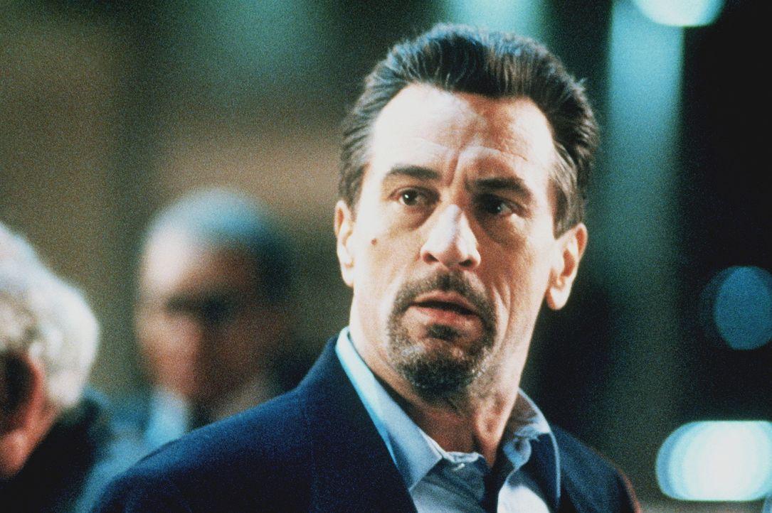 Der Boden unter seinen Füssen wird immer heißer, doch er hat sich geschworen, nie wieder ins Gefängnis zu wandern: Profi-Gangster Neil McCauley (Rob... - Bildquelle: Warner Bros.