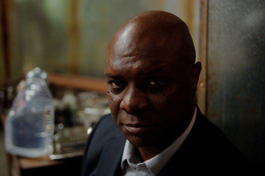 Hat Uriel (Robert Wisdom) etwas mit den Morden an den Engeln zu tun? - Bildquelle: Warner Bros. Television