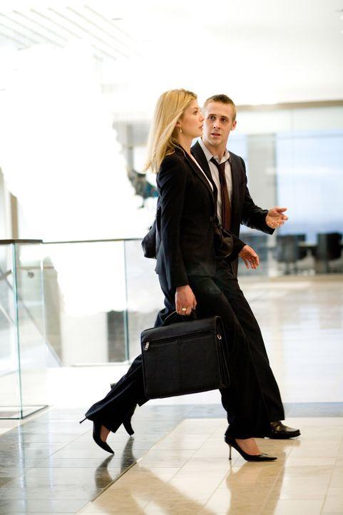 Ist Willys (Ryan Gosling, r.) Verlangen nach Macht und seine Affäre mit einer sexy und ambitionierten Anwältin (Rosamund Pike, l.) aus der neuen Kan... - Bildquelle: Warner Brothers