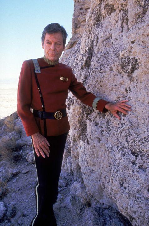 Auf Capt. James T. Kirk (William Shatner) und seine Crew wartet eine schwierige und nicht ungefährliche Mission ... - Bildquelle: 2003 By Paramount Pictures All Rights Reserved