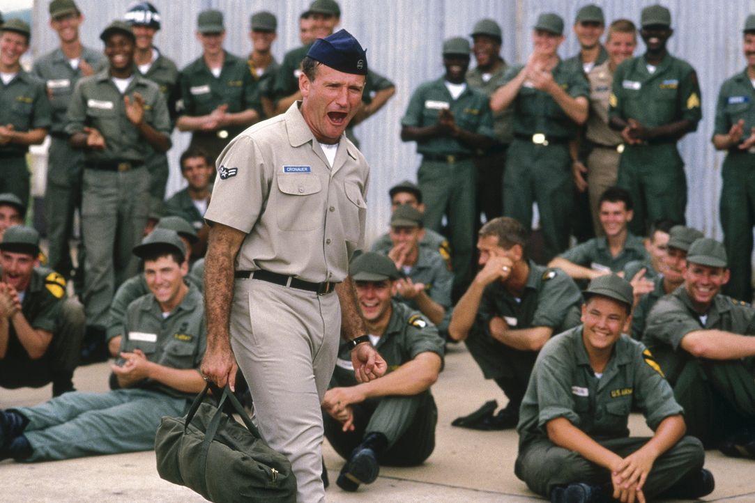 Lässt es sich nie nehmen, seine Meinung lautstark kundzutun: Adrian Cronauer (Robin Williams, M.) - Bildquelle: Touchstone Pictures