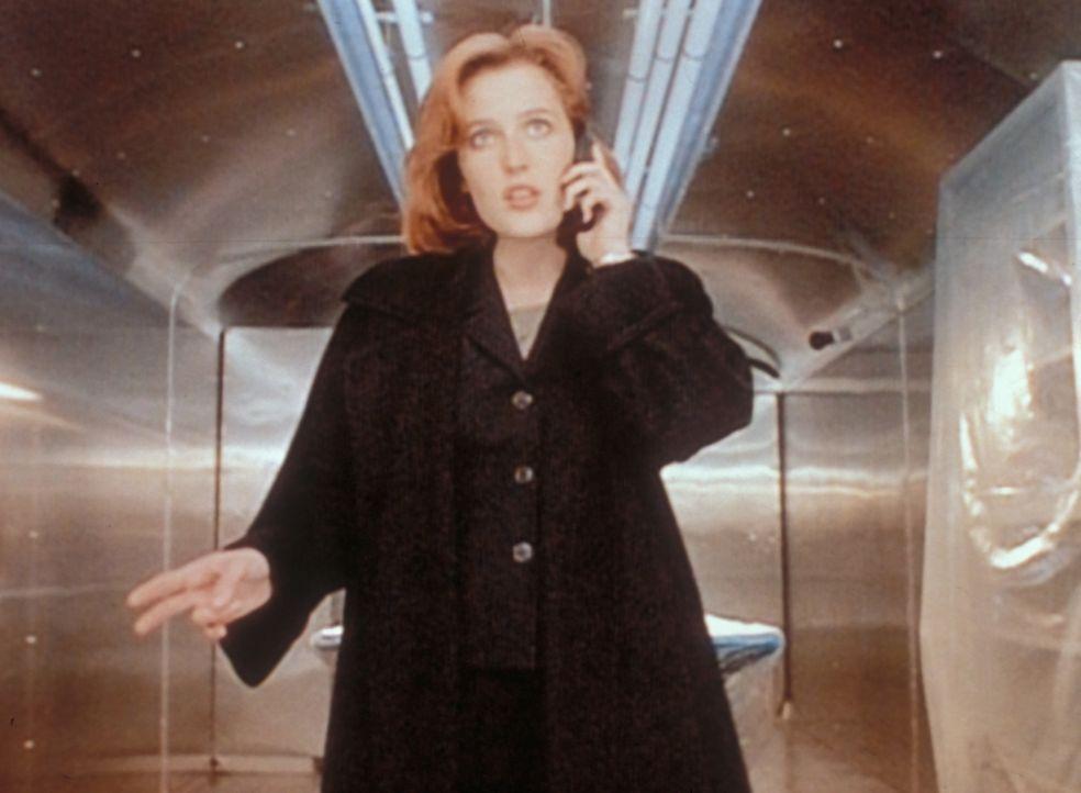 Scully (Gillian Anderson) erkennt in einem zum Operationssaal umgebauten Eisenbahnwaggon der Regierung den Ort wieder, an den sie damals von Außerir... - Bildquelle: TM +   2000 Twentieth Century Fox Film Corporation. All Rights Reserved.