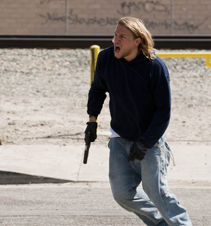 "Die ""Liga Amerikanischer Nationalisten"" will den Club zu Fall bringen und die Stadt übernehmen, doch das lässt Jax (Charlie Hunnam) auf keinen Fal... - Bildquelle: 2009 Twentieth Century Fox Film Corporation and Bluebush Productions, LLC. All rights reserved."