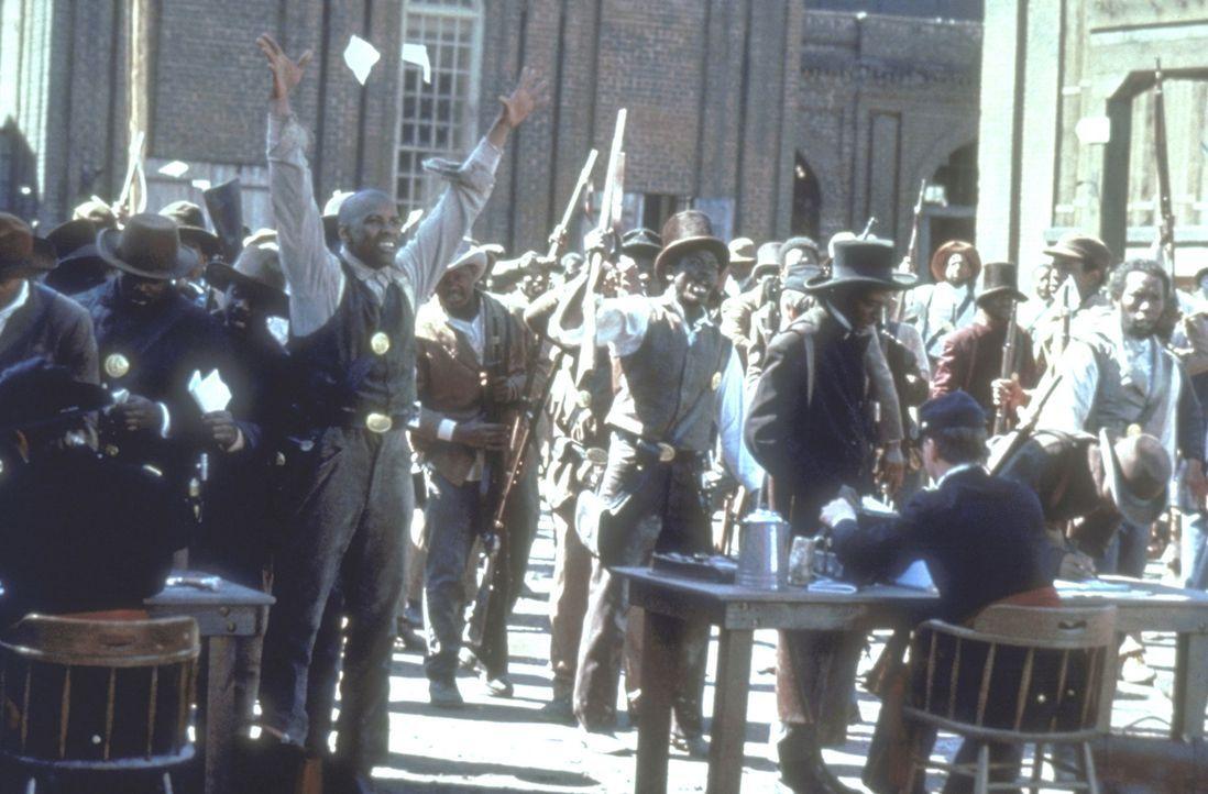 Der aufrührerischer Soldat Trip (Denzel Washington, M.) ist aus der Sklaverei geflohen. Er erhofft sich, in der Armee für seine Rechte kämpfen zu kö... - Bildquelle: TriStar Pictures