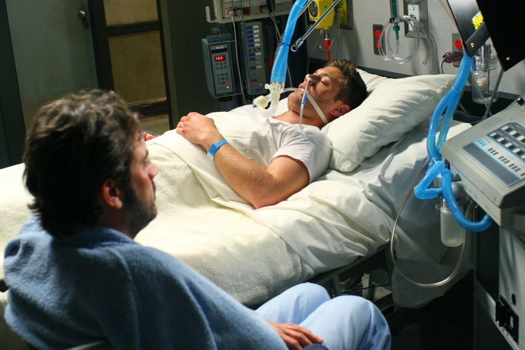 Weil er das Leben von Dean (Jensen Ackles, hinten) retten will, riskiert sein Vater John (Jeffrey Dean Morgan, vorne) sogar sein eigenes ... - Bildquelle: Warner Bros. Television