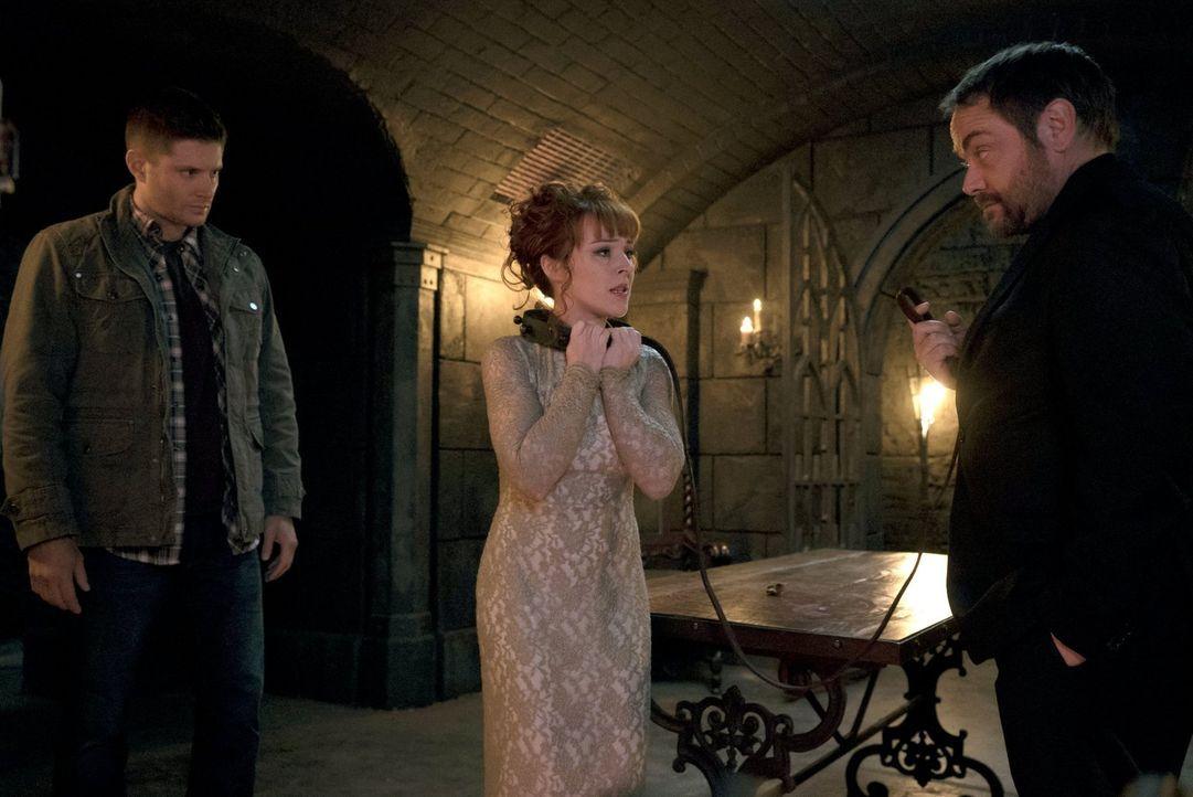 Nachdem Crowley (Mark Sheppard, r.) erkannt hat, dass seine Mutter Rowena (Ruth Connell, M.) ihn mal wieder an der Nase herumgeführt hat, muss er en... - Bildquelle: 2014 Warner Brothers