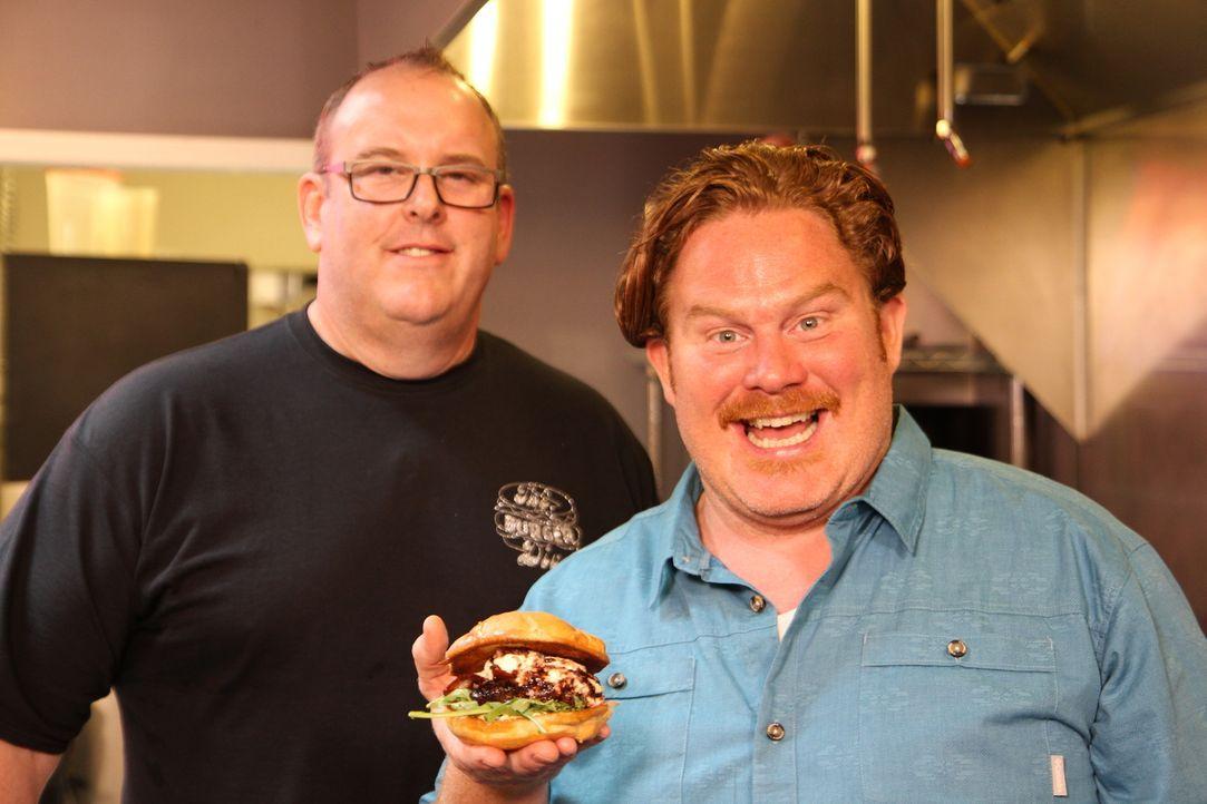 """Im """"The Burger Dive"""" präsentiert Brad Halsten (l.) Casey Webb (r.) stolz seinen prämierten """"I'm Your Huckleberry Burger"""" ... - Bildquelle: 2017,The Travel Channel, L.L.C. All Rights Reserved."""