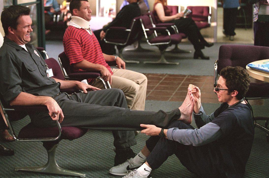 Immer wieder gelingt es dem Hausmeister Neil Flynn (Neil Flynn, l.), J.D. ( Zach Braff, r.) das Leben schwer zu machen ... - Bildquelle: Touchstone Television