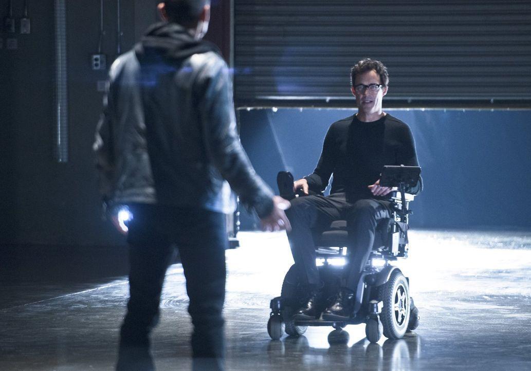 Farooq alias Blackout (Michael Reventar, l.) ist auf der Suche nach Wells (Tom Cavanagh, r.), weil er ihm die Schuld an seinem Zustand gibt. Da Barr... - Bildquelle: Warner Brothers.