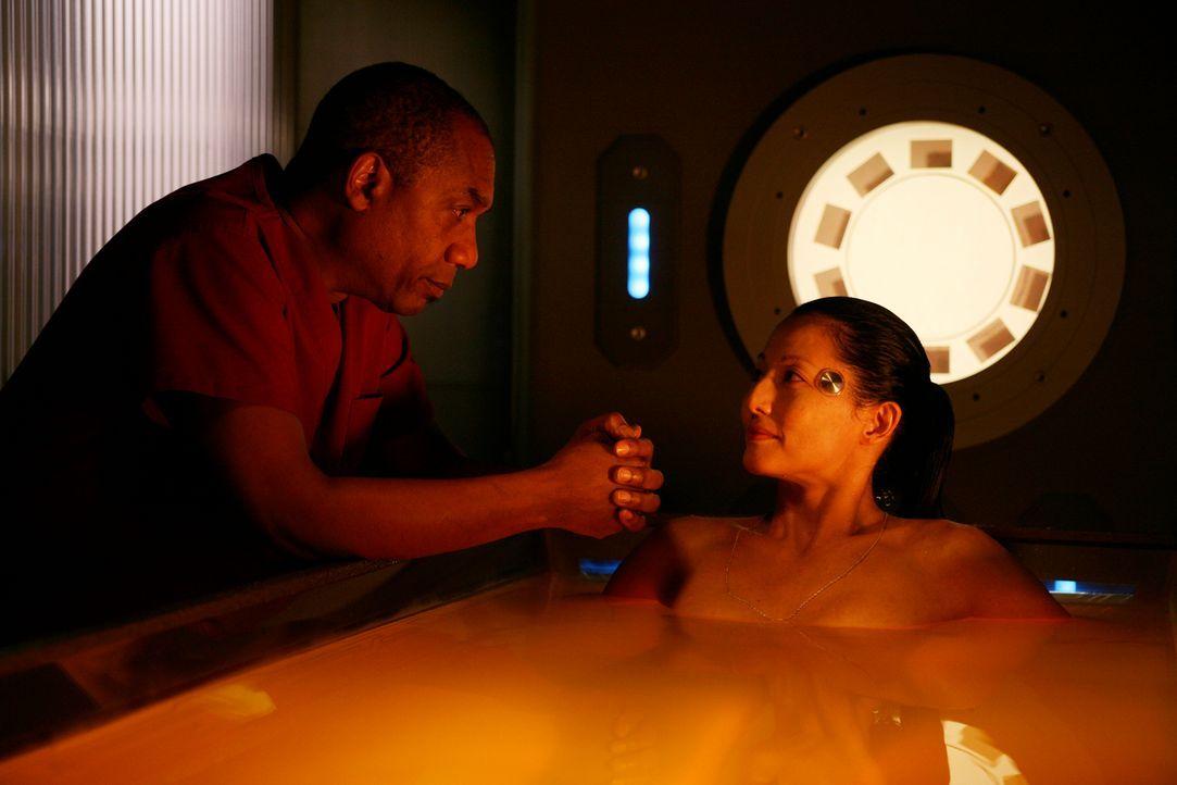 Dr. Manlius hilft G.D., die Daten im Computer Kim (Tamlyn Tomita, r.) herunterzuladen. Dabei erfährt Henry (Joe Morton, l.) entsetzt, dass Kims Zell... - Bildquelle: Universal Television