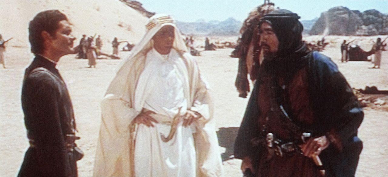 T. E. Lawrence (Peter O'Toole, M.) kann Sherif Ali ibn el Kharisch (Omar Sharif, l.) und Auda Abu Tayi (Anthony Quinn, r.) von seiner Mission überz... - Bildquelle: Columbia Pictures