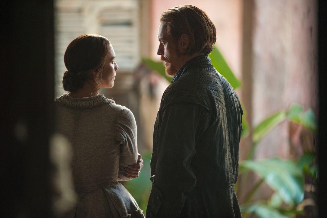 Hat ihre Beziehung eine Chance? Miranda (Louise Barnes, l.) und Captain Flint (Toby Stephens, r.) ... - Bildquelle: 2015 Starz Entertainment LLC, All rights reserved.