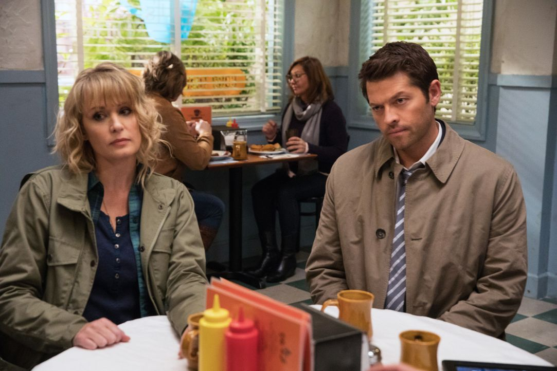Mary (Samantha Smith, l.); Castiel (Misha Collins, r.) - Bildquelle: Jack Rowand 2016 The CW Network, LLC. All Rights Reserved/Jack Rowand