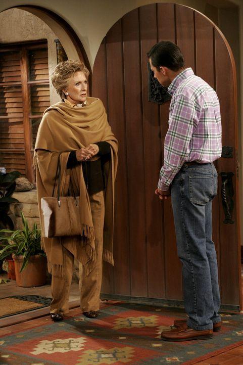 Alan (Jon Cryer, r.) versucht Norma (Cloris Leachman, l.), die schwerreiche Nachbarin zu beruhigen ... - Bildquelle: Warner Brothers Entertainment Inc.