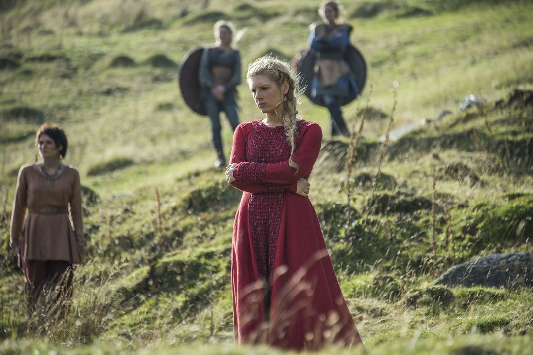 Wird Lagertha (Katheryn Winnick, vorne) mit Ragnar nach England ziehen, um Rache zu nehmen? Währenddessen plant Bjorn, das Mittelmeer zu erkunden ... - Bildquelle: 2016 TM PRODUCTIONS LIMITED / T5 VIKINGS III PRODUCTIONS INC. ALL RIGHTS RESERVED.