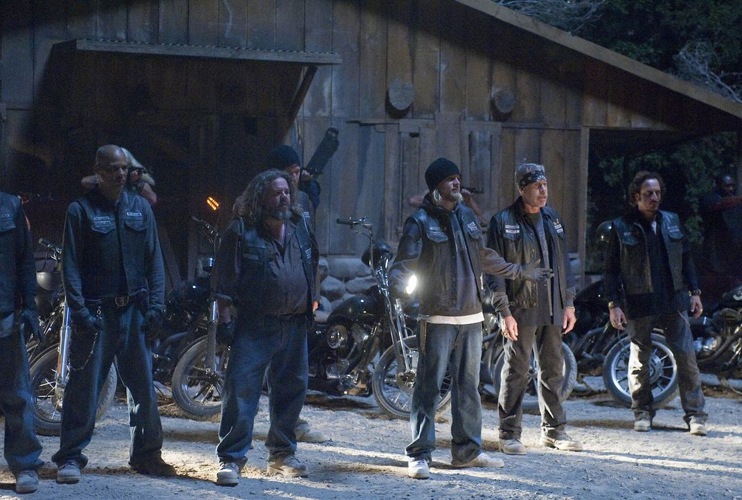 Die Sons of Anarchy versammeln fast alle ihre Mitglieder aus dem Chapter auf dem Gelände von Teller und Morrow (v.l.n.r.): Juice (Theo Rossi), Bobb... - Bildquelle: 2009 Twentieth Century Fox Film Corporation and Bluebush Productions, LLC. All rights reserved.