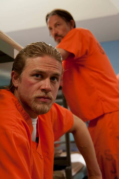 Die neuesten Ereignisse lassen Jax (Charlie Hunnam, l.) und Chibs (Tommy Flanagan, r.) fassungslos zurück, doch schnell wird ihnen klar, dass sie nu... - Bildquelle: 2012 Twentieth Century Fox Film Corporation and Bluebush Productions, LLC. All rights reserved.