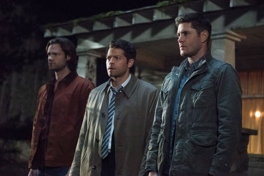 (v.l.n.r.) Sam Winchester (Jared Padalecki); Castiel (Misha Collins); Dean Winchester (Jensen Ackles) - Bildquelle: Jack Rowand 2016 The CW Network, LLC. All Rights Reserved / Jack Rowand