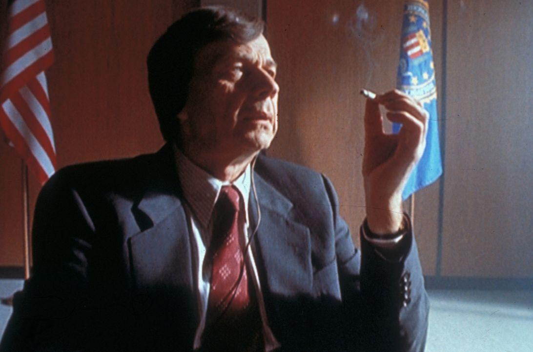 Der geheimnisvolle Raucher (William B. Davis) ist zwar sehr mächtig und gefährlich, aber auch er hat seine Schwachstellen ... - Bildquelle: TM +   Twentieth Century Fox Film Corporation. All Rights Reserved.