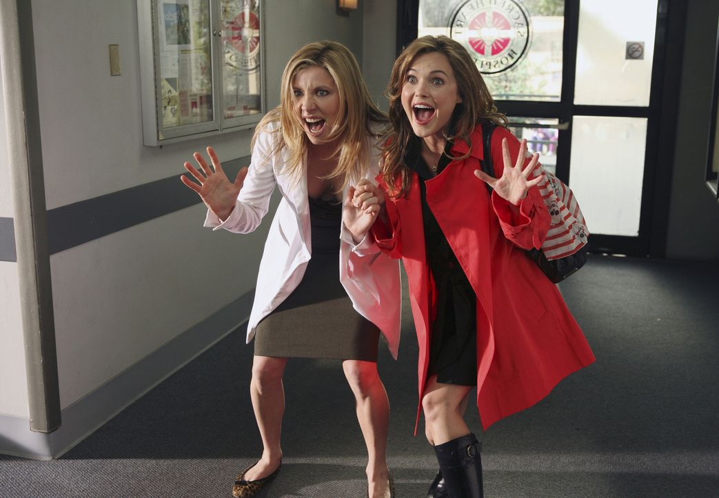 J.D. ist eifersüchtig auf Elliots (Sarah Chalke, l.) alte College-Freundin Melody (Keri Russell, r.) ... - Bildquelle: Touchstone Television