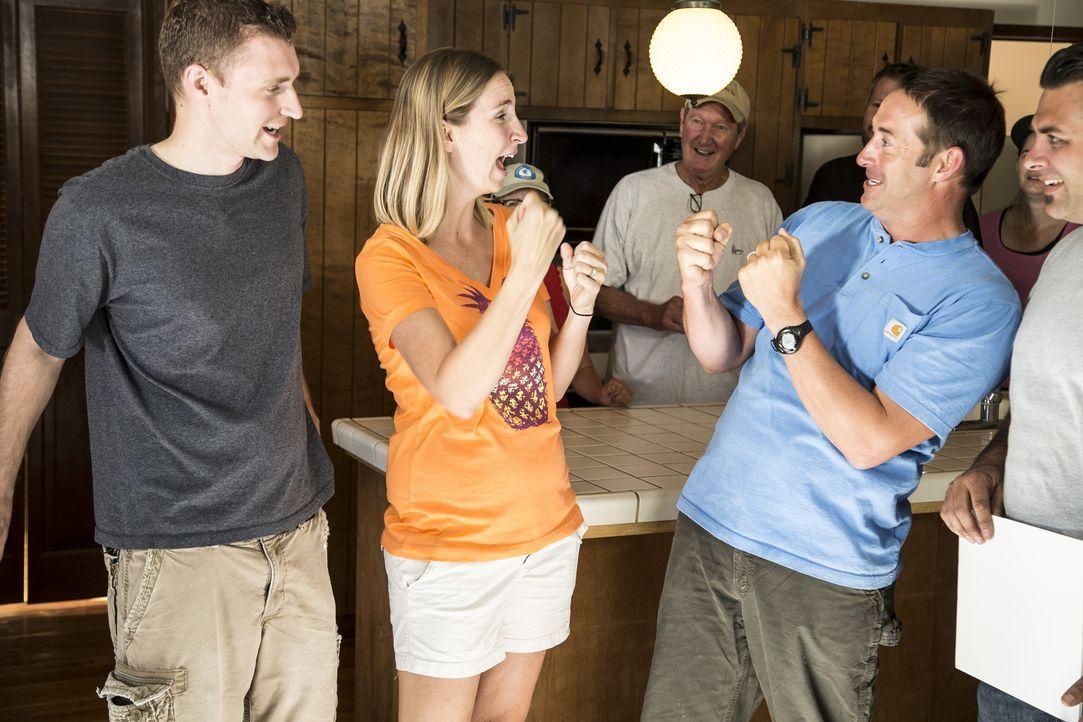 Die beiden Hausbesitzer (l. und 2.v.l.) stimmen mit Freude Joshs (r.) Plänen für ihr Haus zu, denn sie kennen sein Format und wissen, dass sie ihm b... - Bildquelle: 2013,DIY Network/Scripps Networks, LLC. All Rights Reserved.