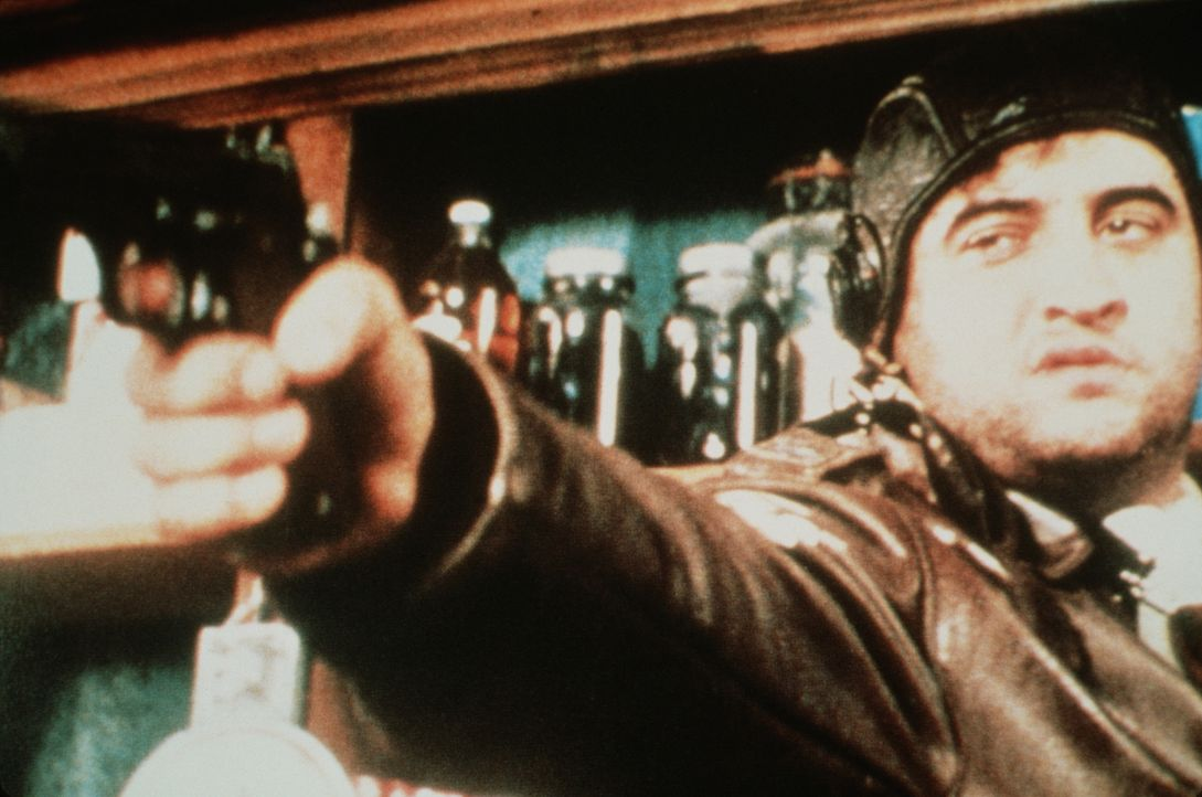 Wenn der Bruchpilot Wild Bill Kelso (John Belushi) einmal nichts zu Trinken bekommt, wird er richtig sauer ... - Bildquelle: Universal Pictures