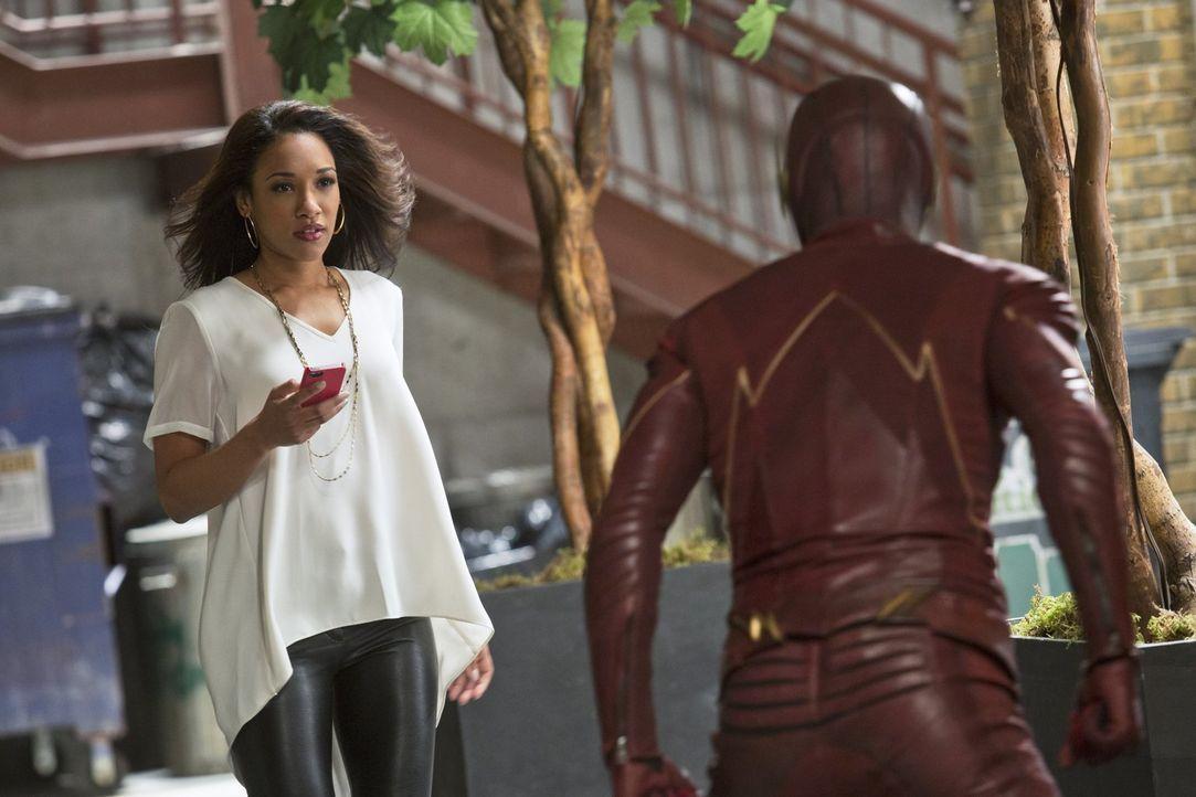 Iris (Candice Patton, l.) bekommt eine riesige Chance für ihren Beruf, als Barry alias The Flash (Grant Gustin, r.) ihr vertrauliche Informationen g... - Bildquelle: Warner Brothers.