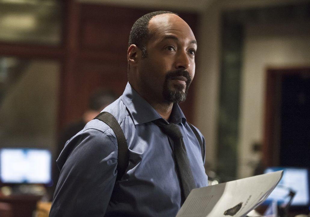 Ist der Meinung, dass Barry nicht für die Bekämpfung des Bösen geschaffen ist:  Joe West (Jesse L. Martin) ... - Bildquelle: Warner Brothers.
